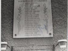 Pamätná tabuľa v Považskej  cementárni.