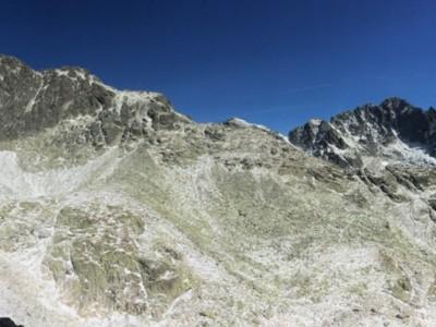 pohľad spod Priečneho sedla, vľavo sedlo Sedielko, Malý Ľadový Štít, vpravo Lomnický štít