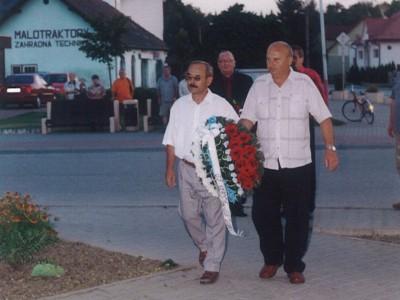 Kladenie venca k pamätníku 2009